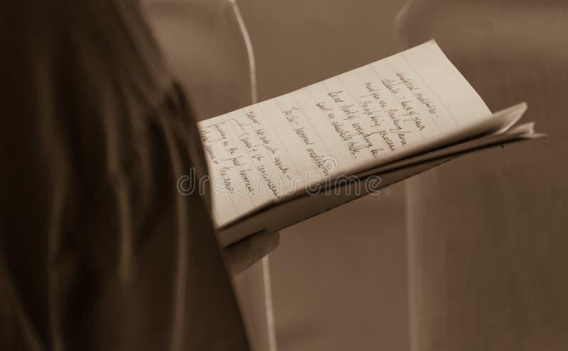 Kvinna som läser handskrivna anmärkningar på det Dalai Lama samtalet arkivfoton