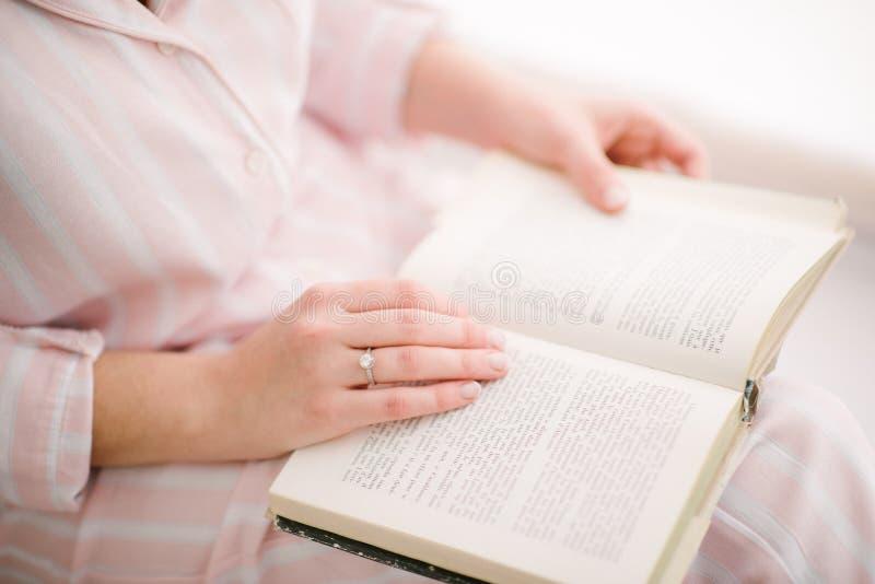 kvinna som läser upp ett bokslut arkivbilder