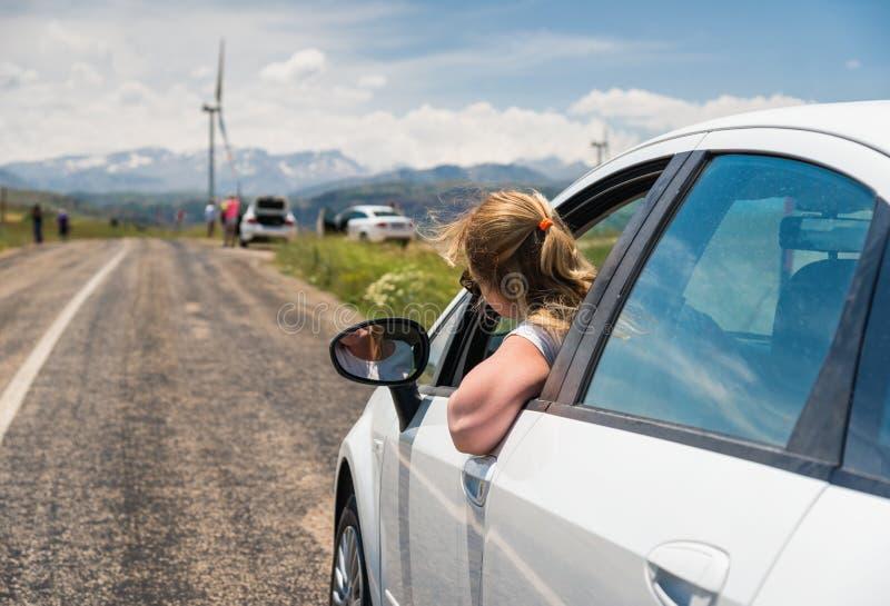 Kvinna som löper med bilen royaltyfria foton