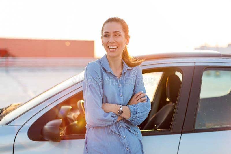 Kvinna som l?per med bilen royaltyfri bild
