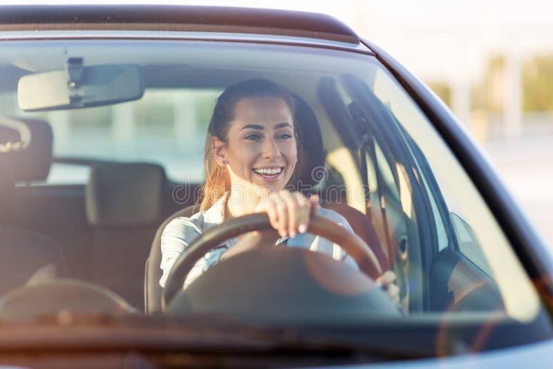 Kvinna som l?per med bilen arkivbild