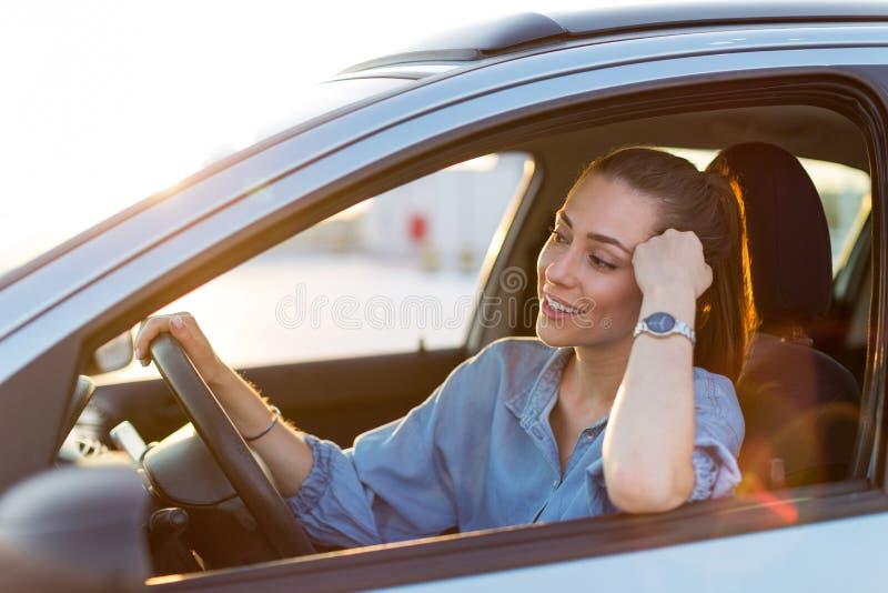 Kvinna som l?per med bilen royaltyfri fotografi