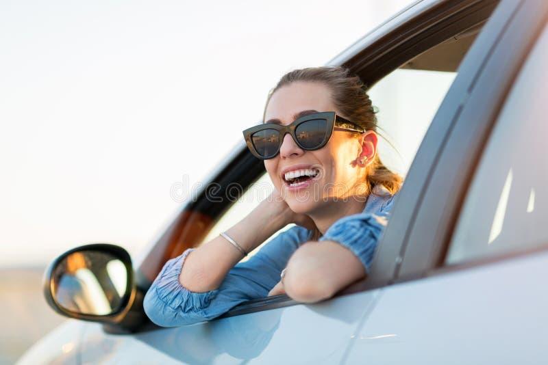 Kvinna som l?per med bilen royaltyfri foto