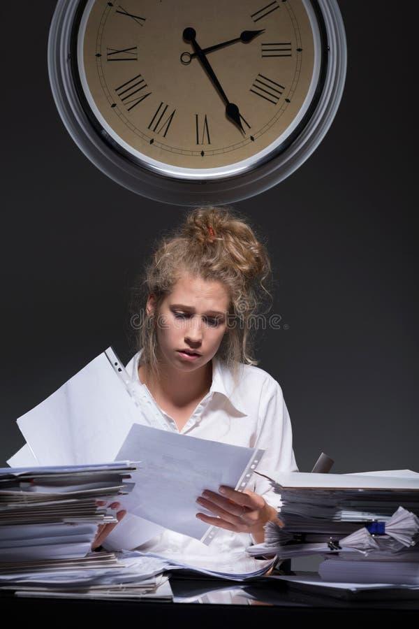 Kvinna som laddas med skrivbordsarbete royaltyfria foton