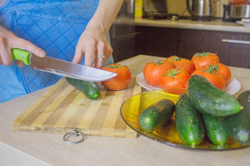 Kvinna som lagar mat sunt m?l i k?ket Laga mat hemmastadd sund mat k?k som f?rbereder gr?nsakkvinnan Kocksnitt royaltyfria foton