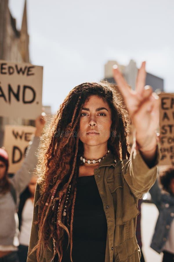 Kvinna som leder en protest royaltyfri fotografi