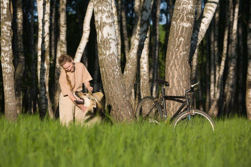 Kvinna som leker med hunden arkivbilder