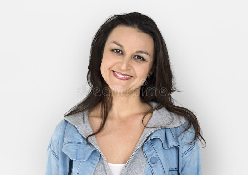 Kvinna som ler den tillfälliga studioståenden för lycka arkivfoton