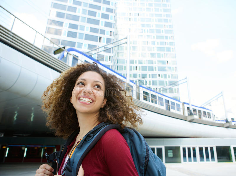 Kvinna som ler med ryggsäcken arkivbild