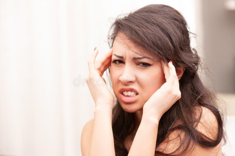 Kvinna som lider en dålig huvudvärk fotografering för bildbyråer