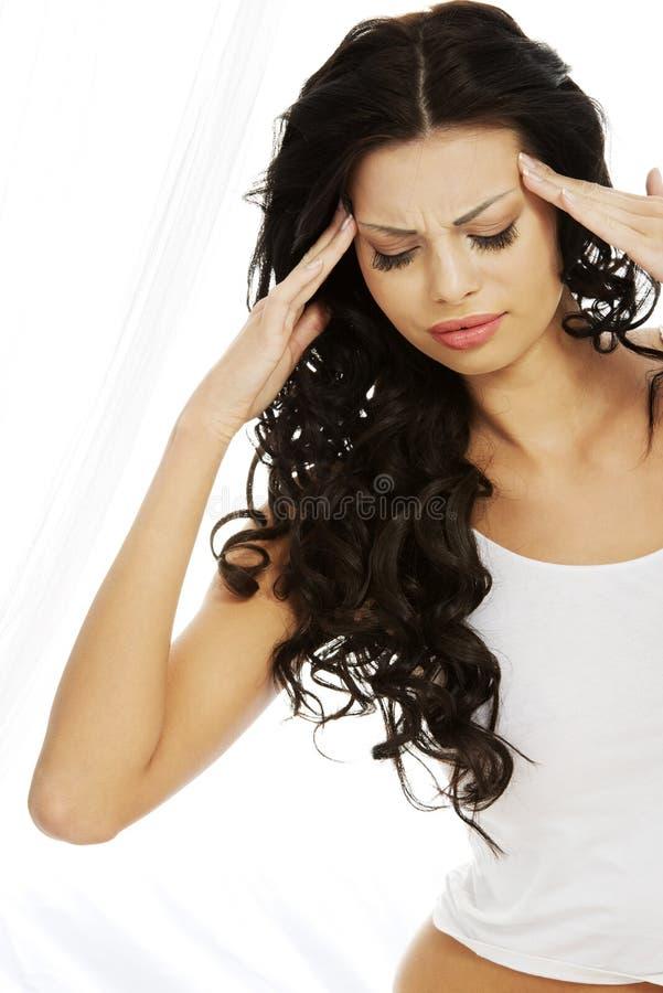 Kvinna som lider från en huvudvärk arkivfoto