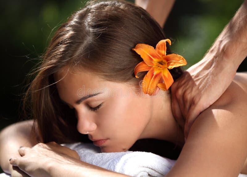 Kvinna som ligger på massagetabellen på brunnsorten royaltyfria foton