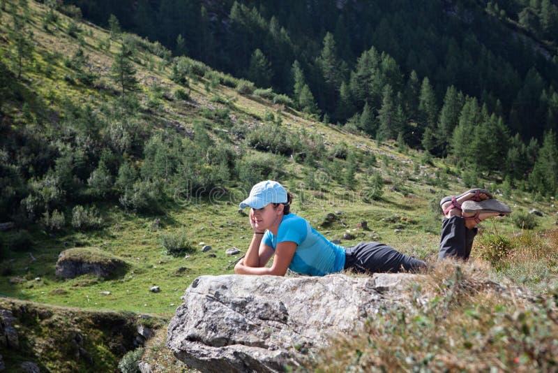Kvinna som ligger se ner landskapet fotografering för bildbyråer