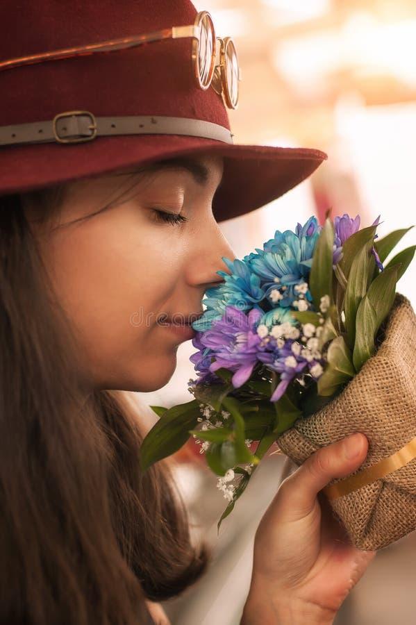 Kvinna som luktar blommabuketten royaltyfri foto