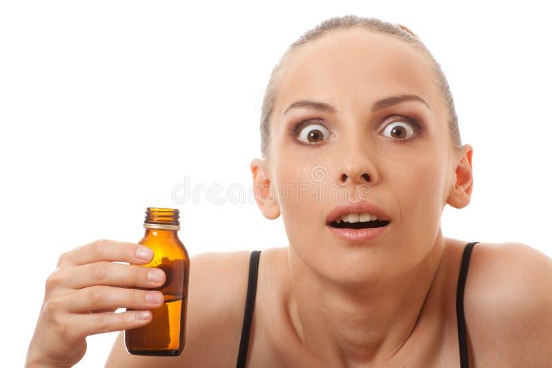 Kvinna som luktar flaskan arkivfoto