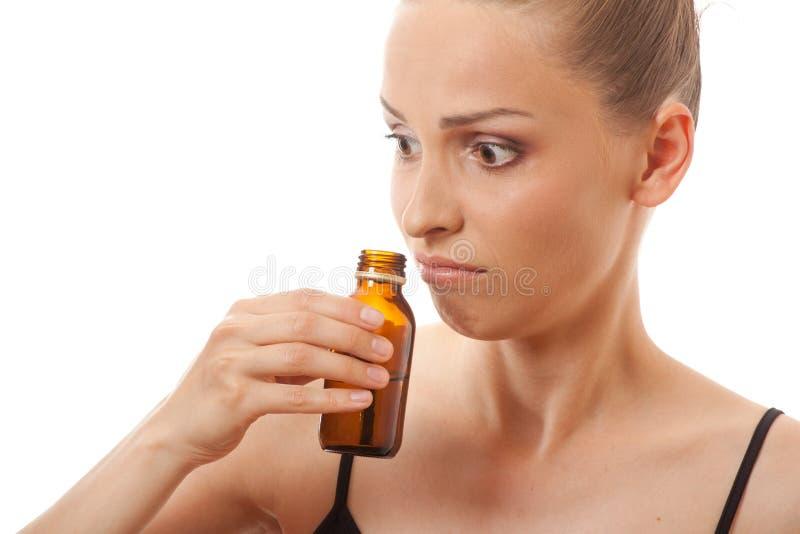 Kvinna som luktar flaskan royaltyfria bilder