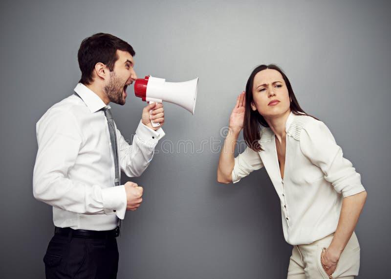Kvinna som lyssnar hennes ilskna framstickande arkivbild