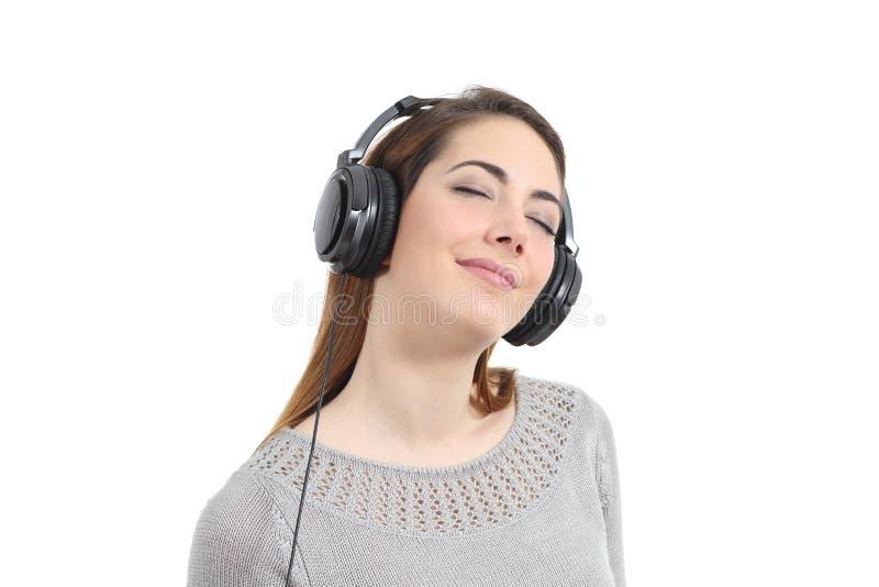 Kvinna som lyssnar till musiken med hörlurar arkivbilder