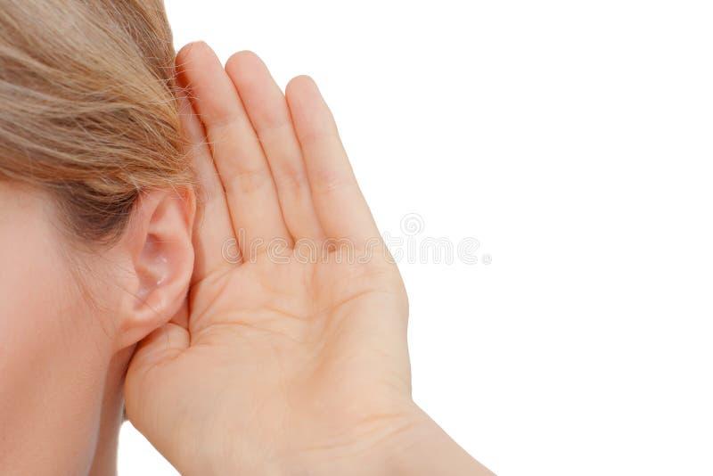 Kvinna som lyssnar till skvaller arkivfoto