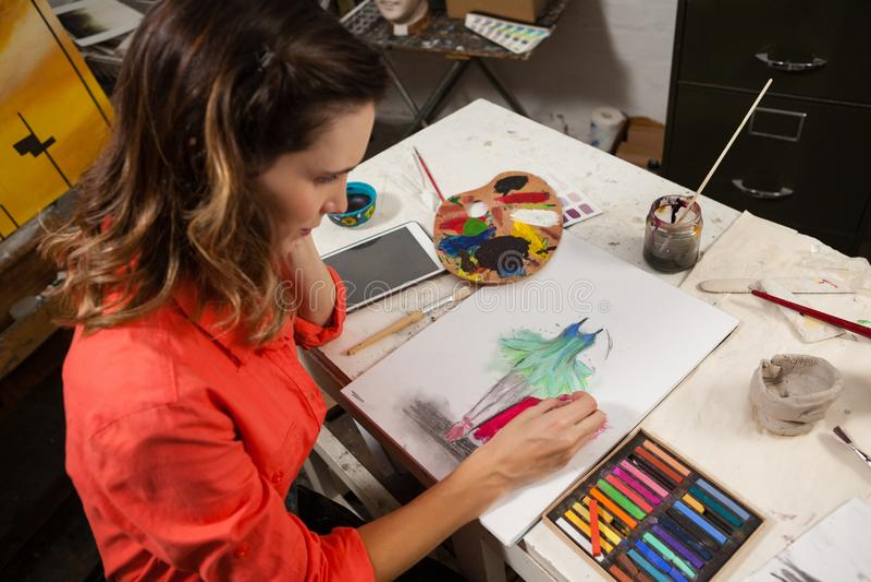 Kvinna som målar en skissa fotografering för bildbyråer