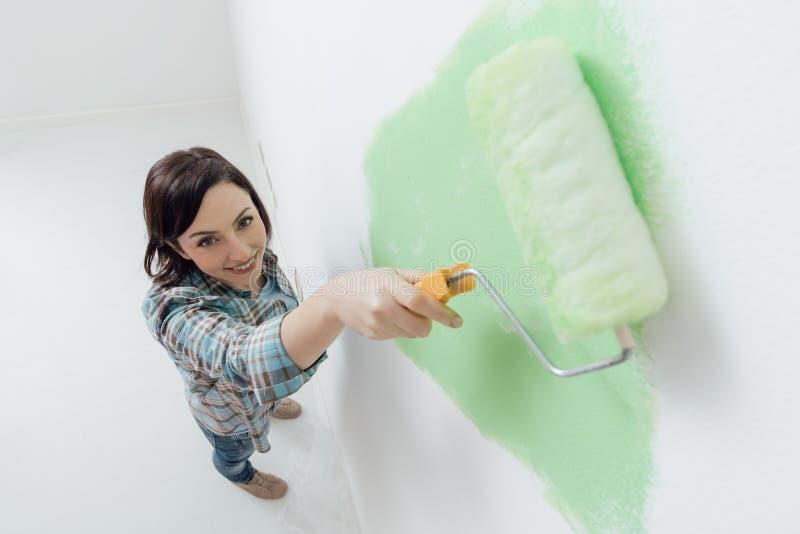 Kvinna som målar ett rum royaltyfria foton