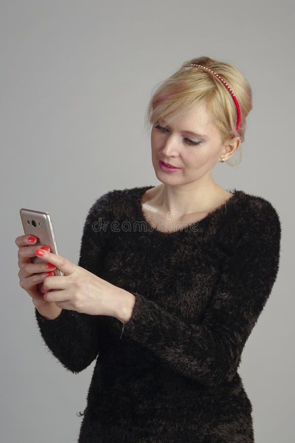 Kvinna som meddelar med mobilen royaltyfri foto