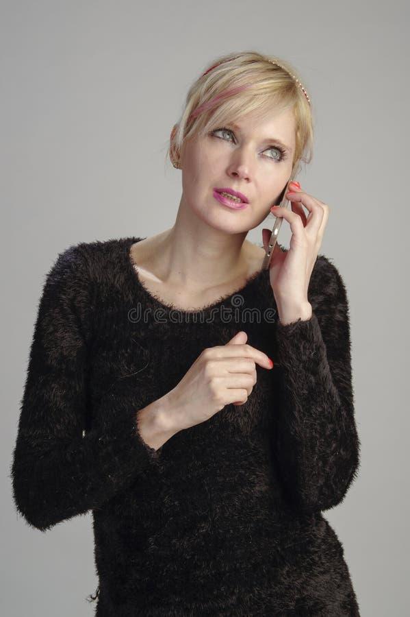 Kvinna som meddelar med mobilen royaltyfri fotografi