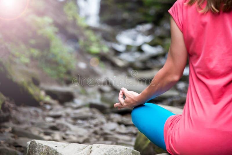 kvinna som mediterar i skogen royaltyfria bilder