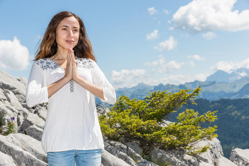 Kvinna som mediterar ouutdoors i sommar fotografering för bildbyråer