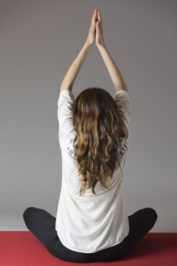 Kvinna som mediterar, rearview arkivfoto