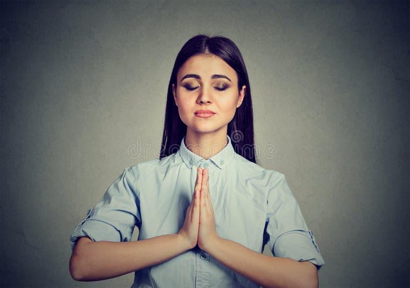 Kvinna som mediterar ta en paus från alla ärenden arkivfoto