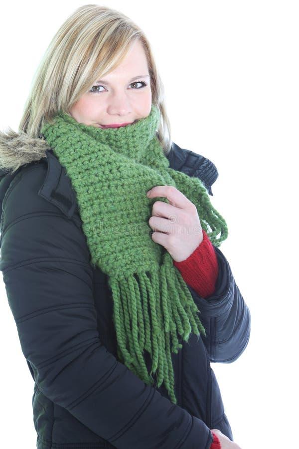 Kvinna som menar vintercolden arkivfoto