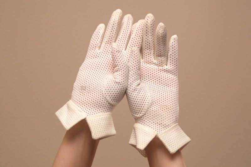 Kvinna som modellerar formella vita handskar för tappningingrepp arkivfoto