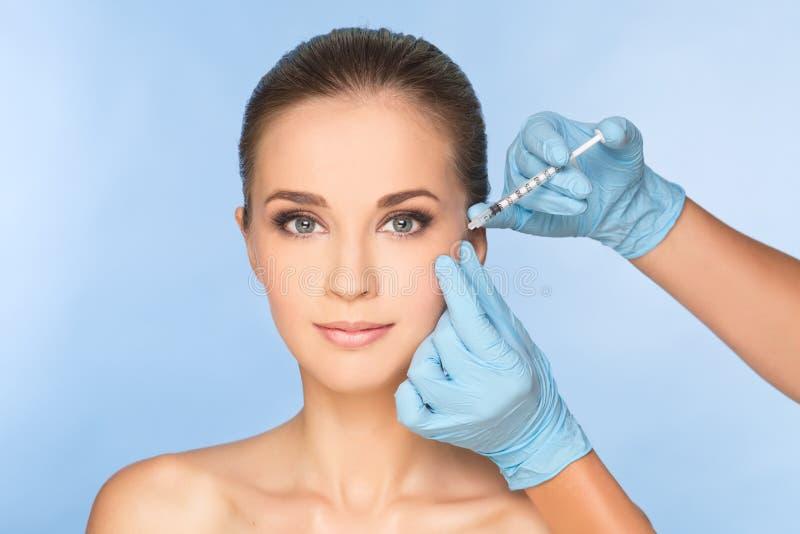 Kvinna som mottar BOTOX® injektioner royaltyfri fotografi