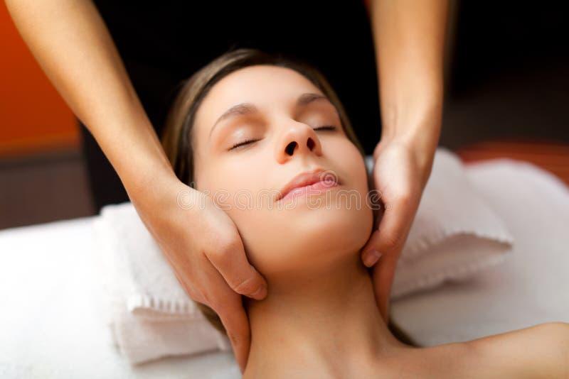 Kvinna som mottar en massage i en skönhetmitt royaltyfri bild