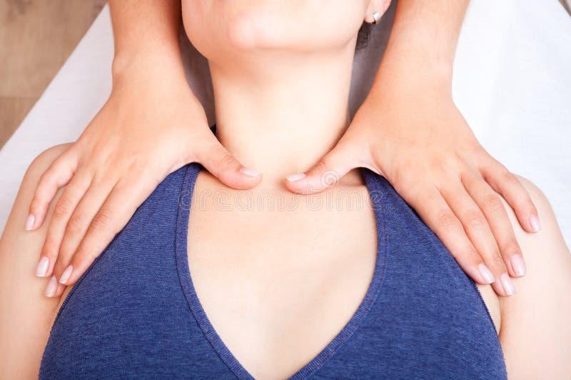 Kvinna som mottar osteopathic behandling av hennes skuldror royaltyfria foton