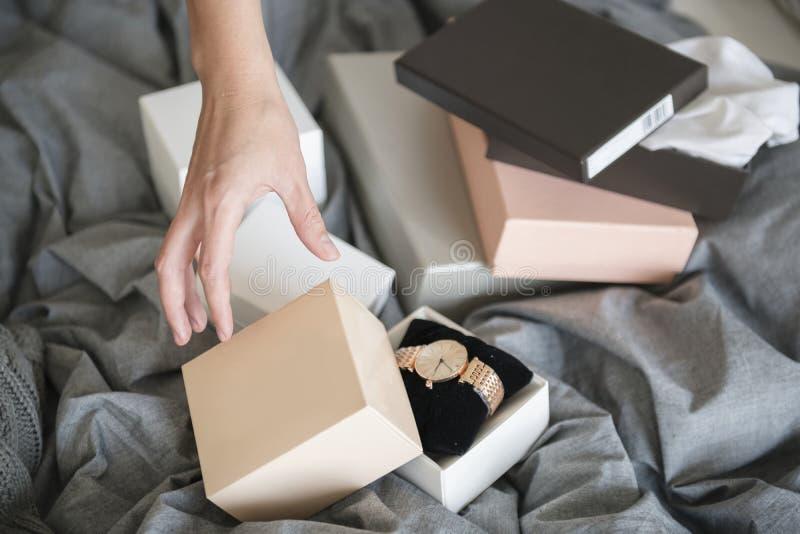 Kvinna som når handen till hastigt grepphandklockan arkivfoton