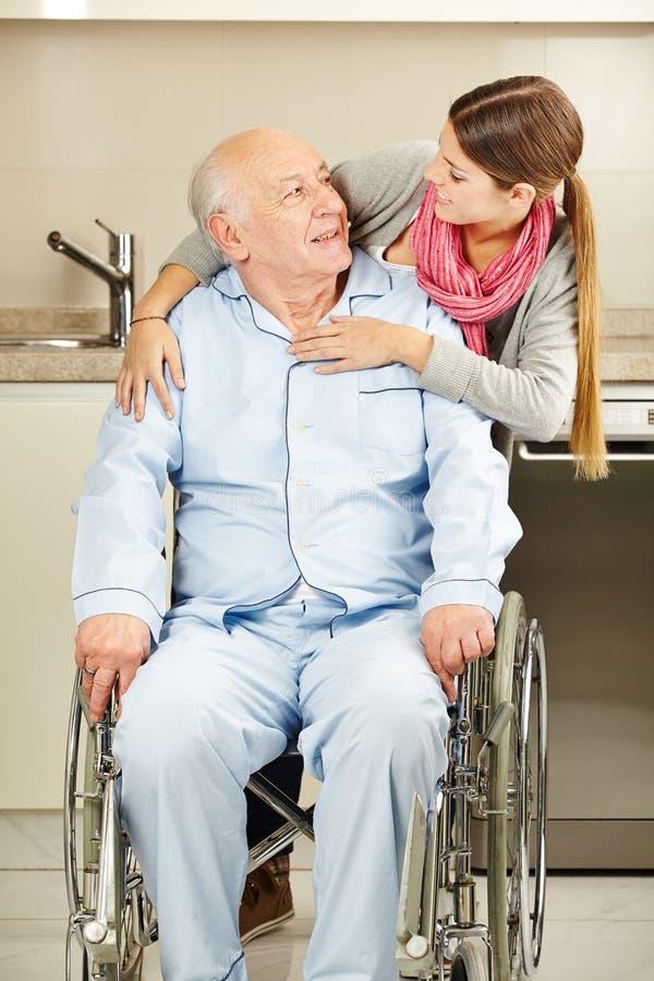 Kvinna som omfamnar den höga mannen arkivfoto