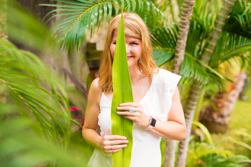 Kvinna som omfamnar grön livsstil arkivbilder
