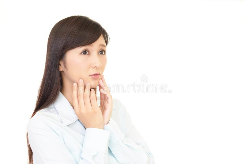 Kvinna som oroas royaltyfri bild