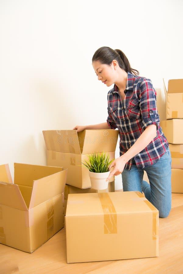 Kvinna som packar allt i ask arkivbilder