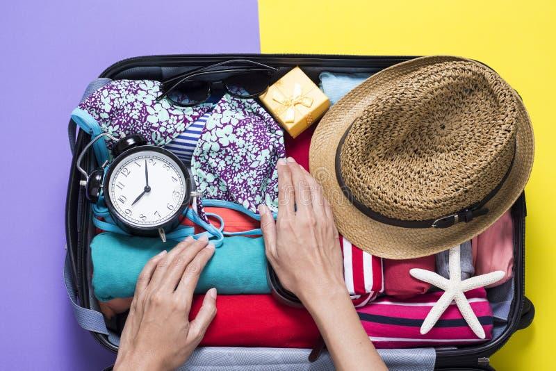 Kvinna som packar ett bagage för en ny resa royaltyfria bilder