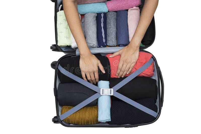 Kvinna som packar ett bagage för en ny resa royaltyfri foto