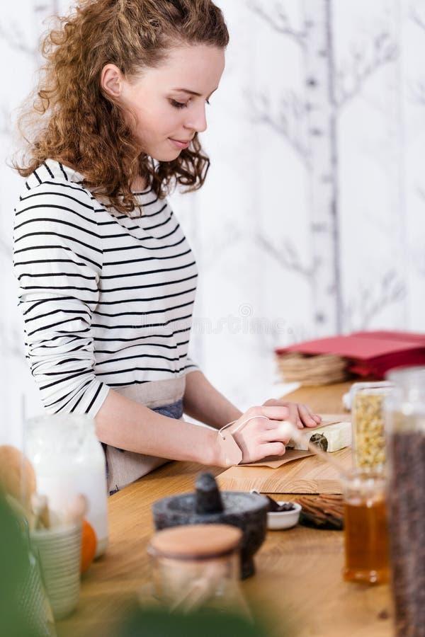 Kvinna som packar naturlig tvål royaltyfria bilder