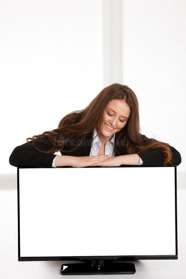 Kvinna som pekar blankotelevisionskärm med cipy utrymme för extra text eller diagram arkivfoto