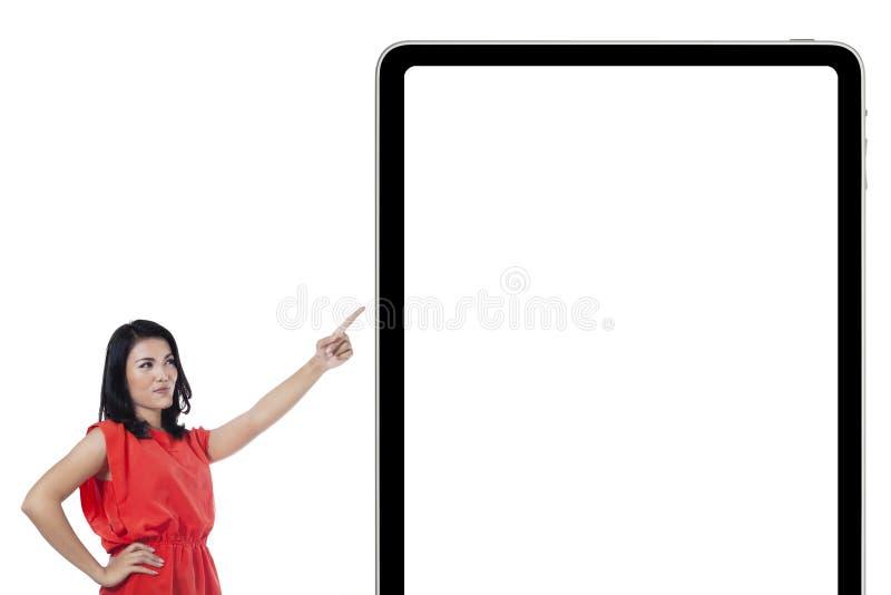 Kvinna som pekar på det tomma plakatet fotografering för bildbyråer