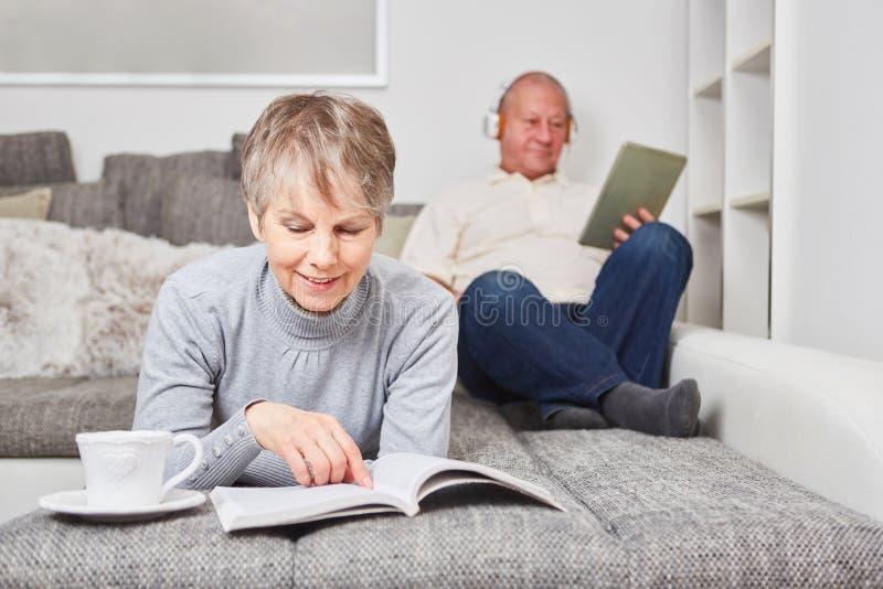 Kvinna som pensionär med en bok royaltyfri foto