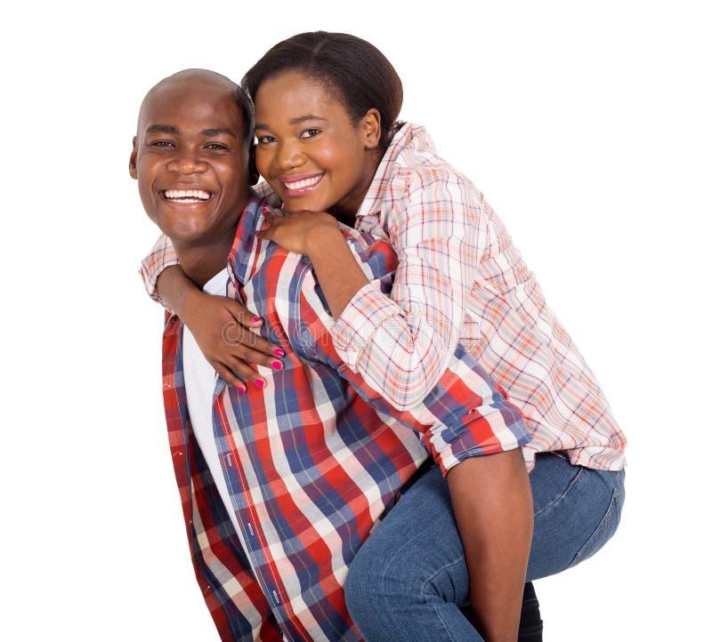 Kvinna som piggybacking på pojkvän fotografering för bildbyråer