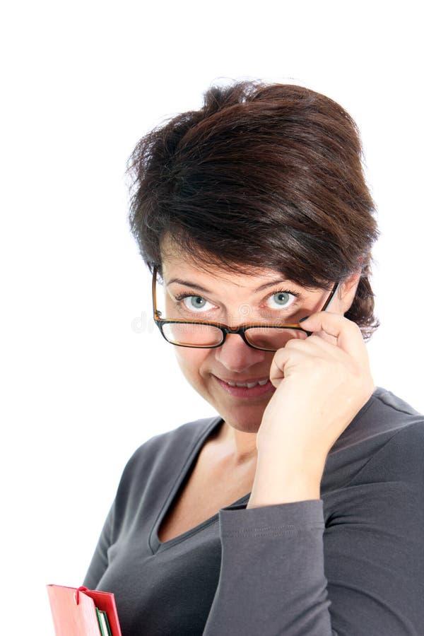 Kvinna som plirar över henne exponeringsglas arkivfoton
