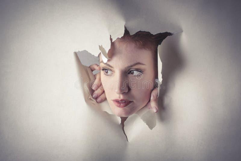 Kvinna som poppar ut ur ingenstans arkivfoto